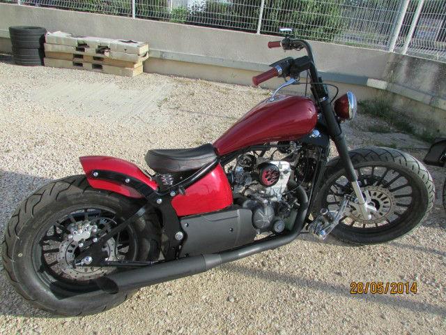 moto custom rouge