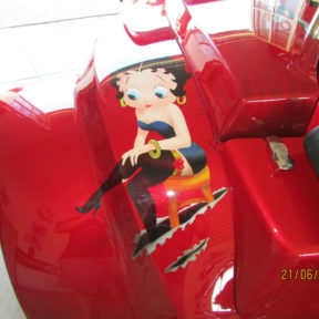 Photo trike rouge custom Betty Boop