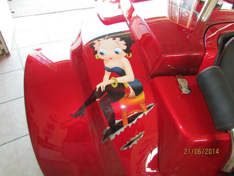 Photo trike rouge custom Betty Boop